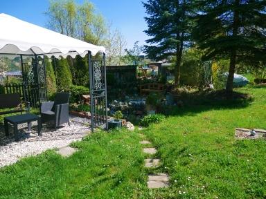 Garten mit Pavillon und Teich